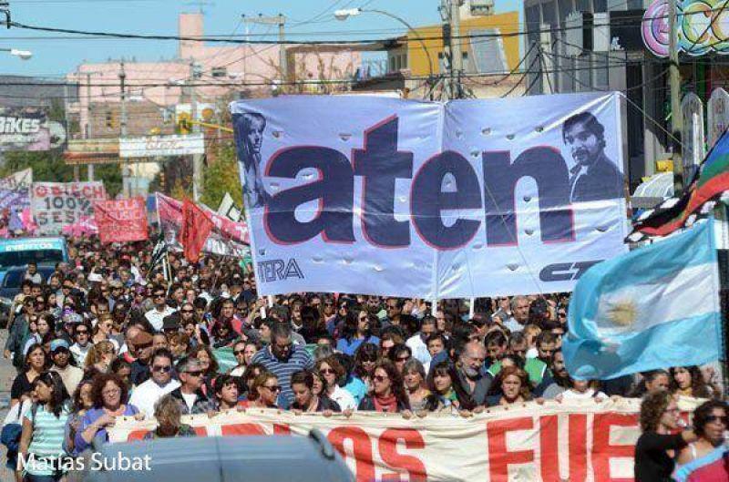 Con una multitudinaria marcha ATEN recordó a Carlos Fuentealba