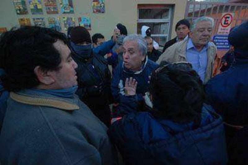 Trabajadores bloquearon acceso al Municipio con quema de cubiertas