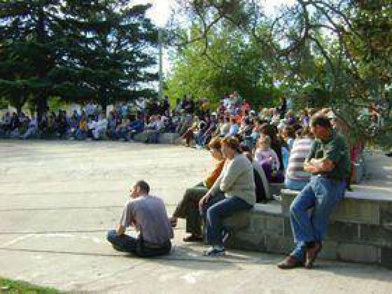 Unas 300 personas reclamaron por la autonom�a de Loma Negra y Sierras Bayas