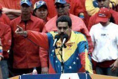 """Maduro denuncia una """"guerra sucia"""" y Capriles pide bendiciones"""