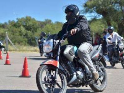 Los motociclistas recibirán cascos en forma gratuita
