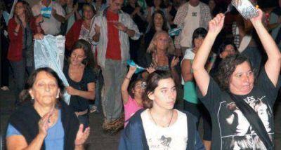"""Una multitud se sumó anoche en Necochea al """"cacerolazo"""" nacional"""