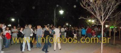 VARIOS CENTENARES DE PERSONAS SE MANIFESTARON EN LOBOS CONTRA EL GOBIERNO ACTUAL