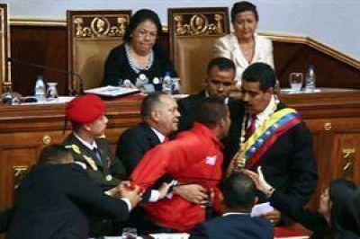 Un hombre burla la seguridad y abraza a Maduro durante su investidura