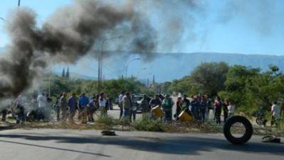 Crece el caos y la tensión en dos municipios por el reclamo salarial