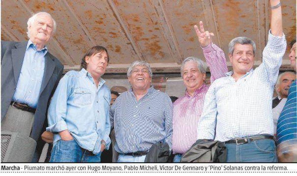 Piumato enfrenta fisuras en su gremio por la huelga y las críticas a la reforma