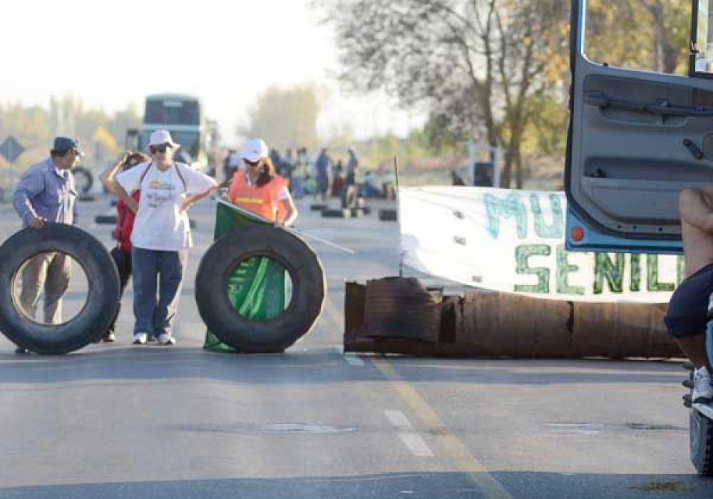 Sin acuerdo, municipales de Senillosa bloquearon la ruta