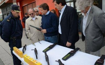 El Municipio le compró los 15 detectores de metales a una astróloga