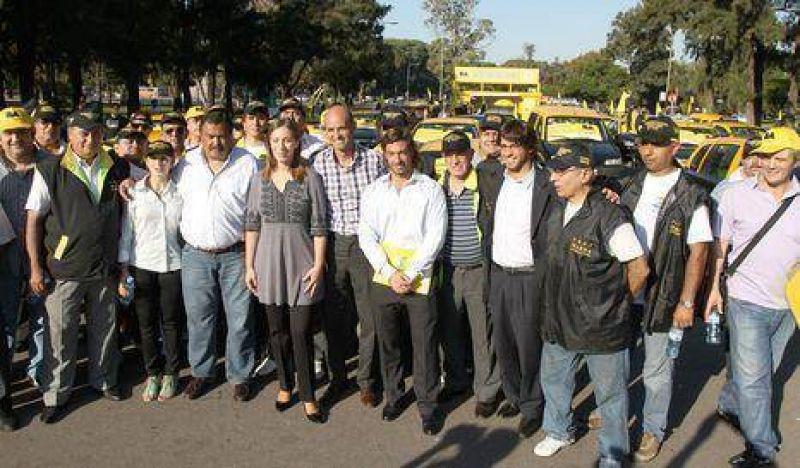 Vidal firma convenio con Sindicato de Taxis
