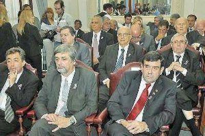 Autoridades judiciales y municipales en la Legislatura