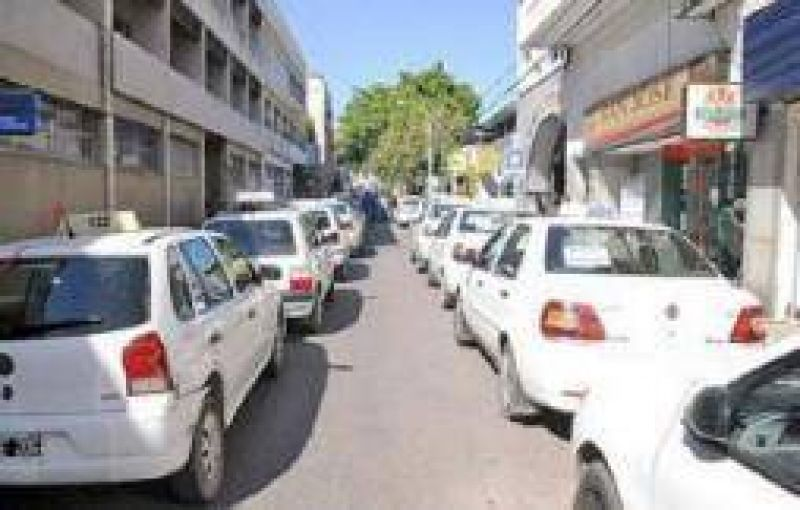 """Los taxistan decidieron ir a la justicia por las """"licencias truchas"""""""