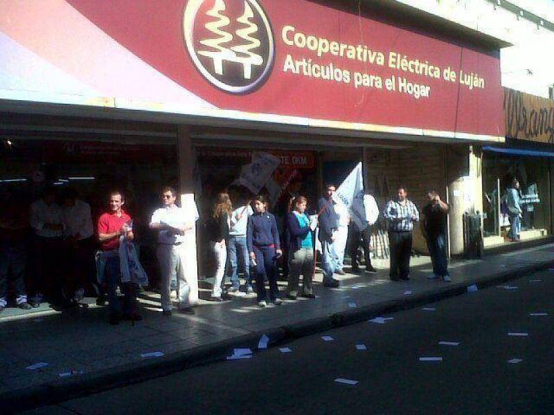 Manifestación en la puerta de la sección Articulos para el Hogar de la Cooperativa Eléctrica