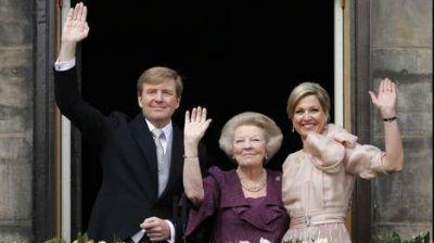 Guillermo y Máxima son reyes de Holanda y saludaron emocionados a la multitud
