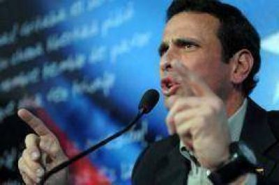 Capriles volvió a arremeter contra la democracia venezolana e incluyó en sus críticas a Cuba y Ecuador