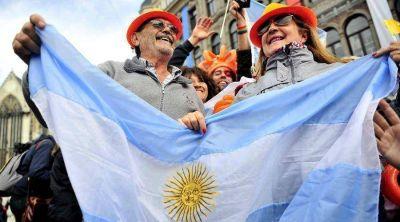Banderas argentinas, fervor patriota y respeto republicano en la coronación