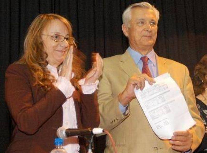Alicia Kirchner y Ricardo Ivoskus entregaron subsidios y pensiones