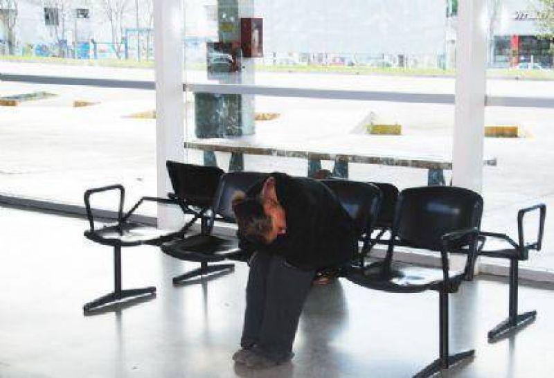 UTA continua con su paro de chóferes y los usuarios duermen en la calle esperando alguien se acuerde de ellos.