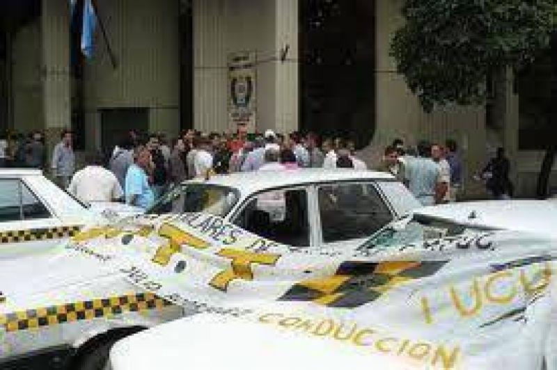 Taxistas se concentrarán en el parque y amenazan con bloqueos