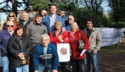 A 94 años del nacimiento de Evita, peronistas marplatenses la recordaron en su monumento