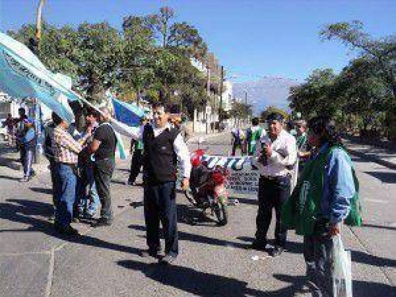 CTA y UCRA Jujuy realizaron un corte el acceso a avenida Fascio por despidos de chóferes del transporte urbano