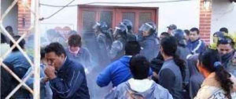 """SITECH Castelli: """"La policía desalojó arrojando gas pimienta a docentes y padres"""""""