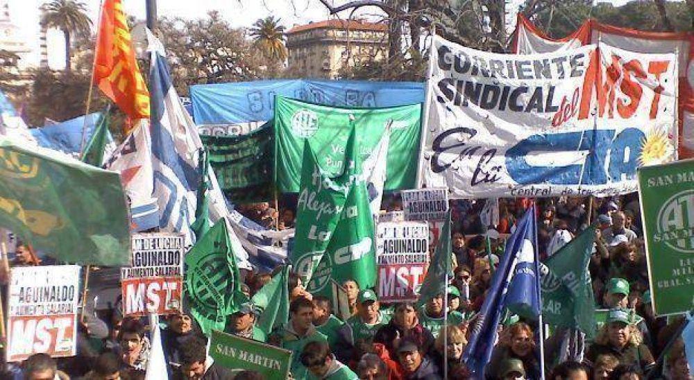 Docentes, médicos CICOP, judiciales y organizaciones sociales marchan al Ministerio de Economía