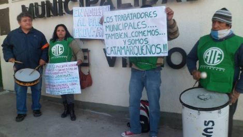 Empleados de Valle Viejo se encadenaron al municipio