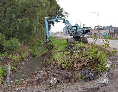 Canales de desagüe: Se realizan intensivas tareas de desobstrucción