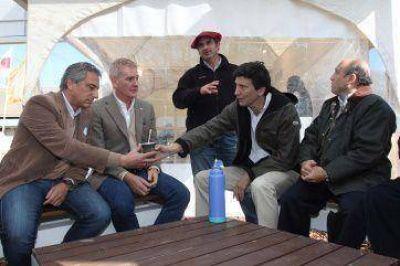 De Narv�ez muestra foto con un massista