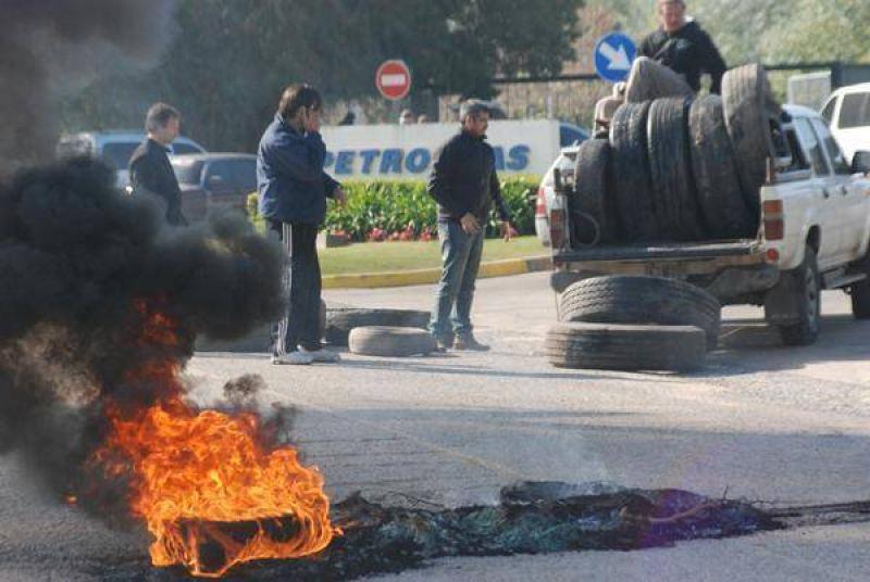 Trabajadores químicos acampan en las puertas de la Planta Petrobras