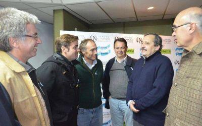 Alfons�n junto a Armend�riz, Gorosito y Cellillo recorrieron la muestra 'La Naci�n Ganadera'
