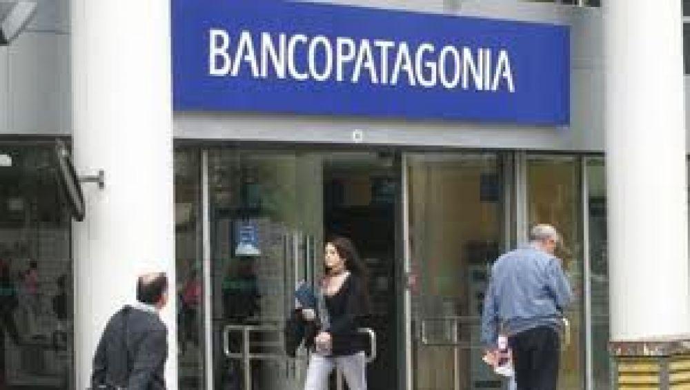 Trabajadores del banco Patagonia reclaman el pago de horas extras desde hace un año
