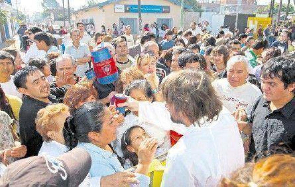 Una multitud fue a la misa en apoyo del cura amenazado