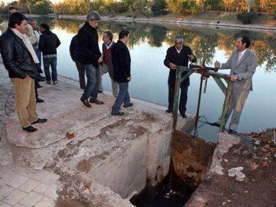 El lago del parque General San Martín comenzó a ser vaciado y se llenará luego del recital del Indio Solari