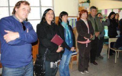 La senadora Cristina Di Rado entregó banderas en escuelas y se reunió el presidente de Tiro Federal por un subsidio