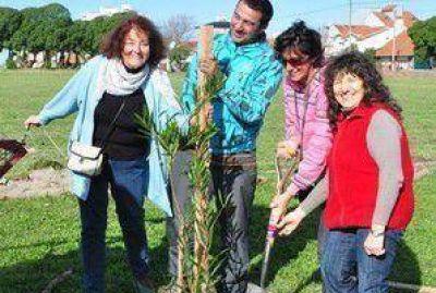 Vecinos de la Canchita de los Bomberos plantaron árboles y reivindicaron su reclamo