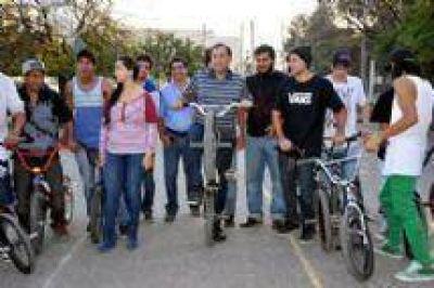 """Miguel Isa supervisó obras del """"Bike Park"""" y alentó a los jóvenes a mantenerse unidos"""