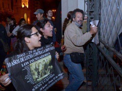 Jorge Obeid recibió huevazos tras declarar en Tribunales en Santa Fe