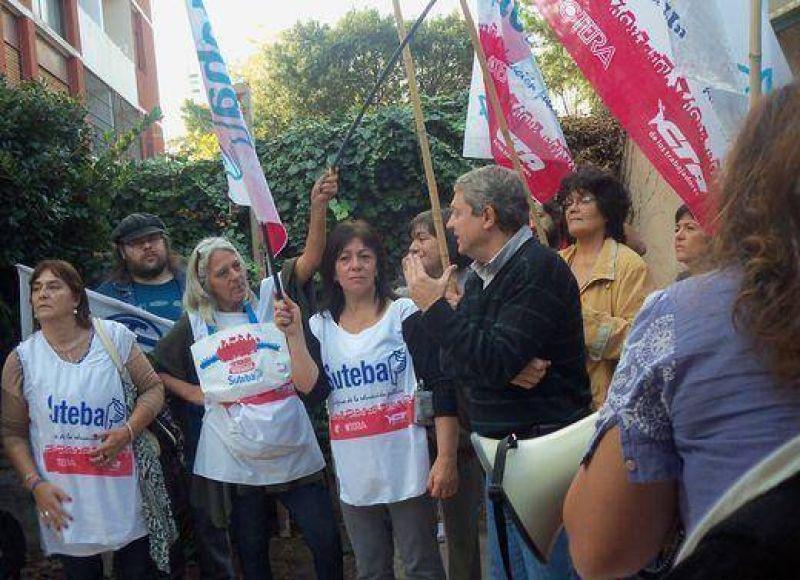 Protesta gremial por edificio de la Escuela Media 50