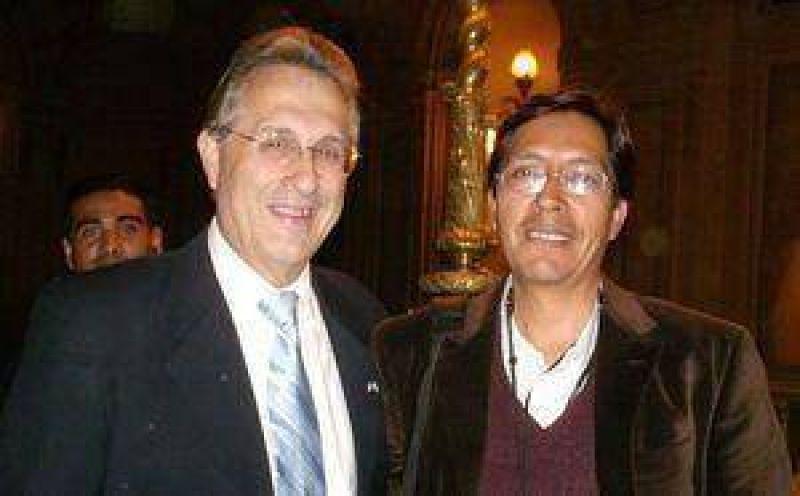 Dante Aucapiña junto al embajador Wayne en Buenos Aires.