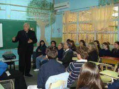 """En su visita a Wilde, el obispo Frassia pidió pasar de """"habitantes"""" a """"ciudadanos"""""""