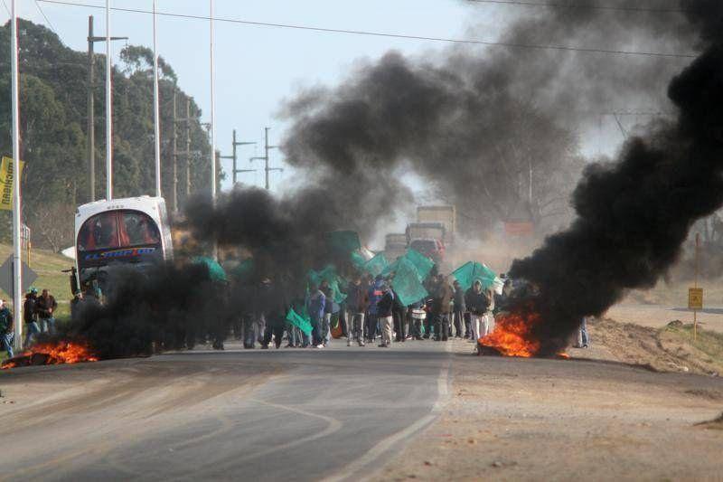 Smata endureció su protesta por los despidos en Sata con el corte de la Ruta 226 y escraches