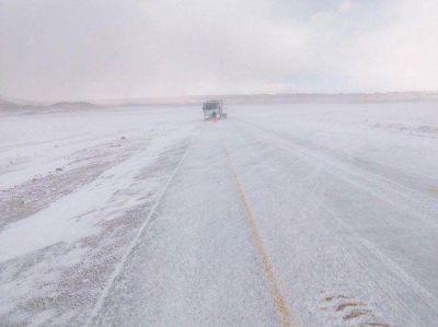 Bajo nieve continúa el rescate de camioneros