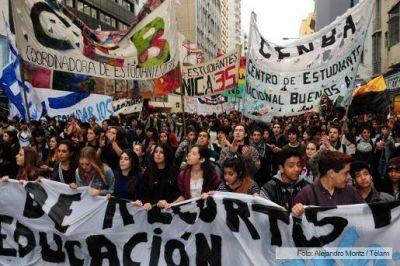 Docentes, estudiantes y académicos protestan contra la reforma educativa