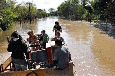 Asisten a 1657 evacuados por la crecida del río Paraná y mejoran las condiciones