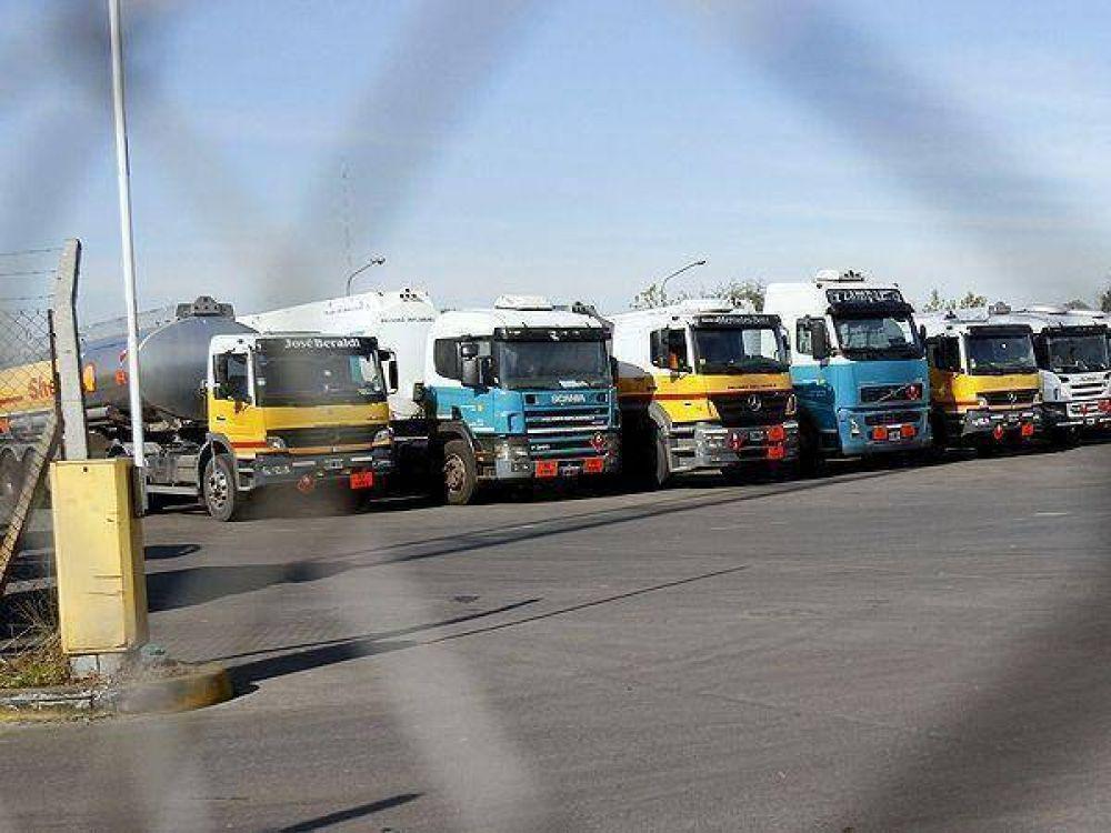 Paro de camioneros podría afectar el lunes la provisión de combustibles