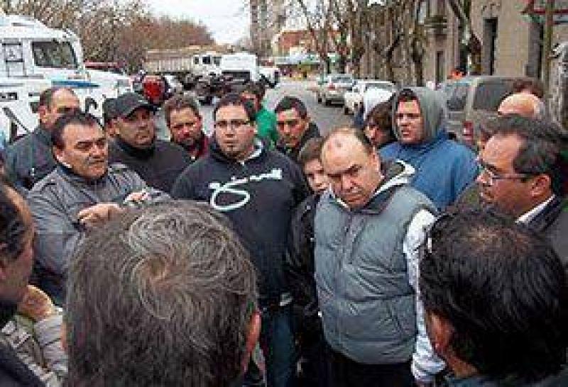 Transportistas de ATACA reclamaron frente al municipio. Piden una reunión con el ministro Casal