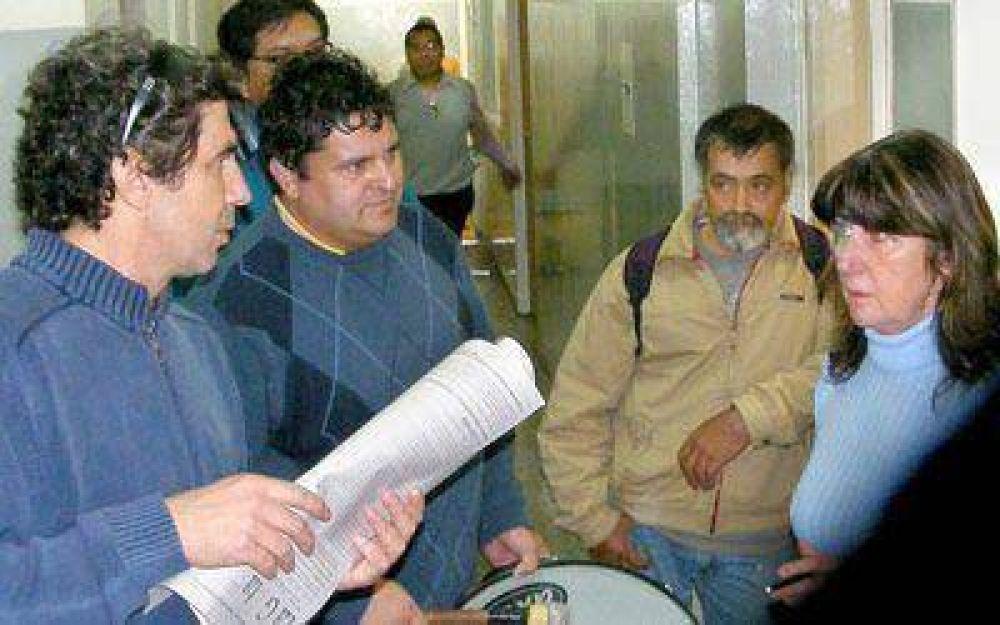 Docentes ocuparon oficinas públicas en Gallegos y Caleta