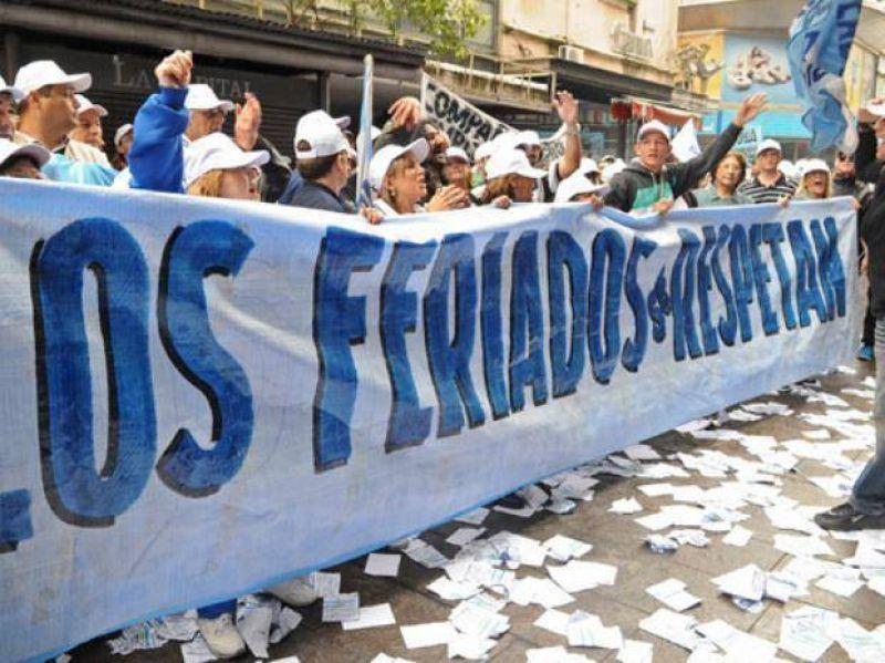 Mercantiles concentran frente a supermercados que respetan la fecha patria