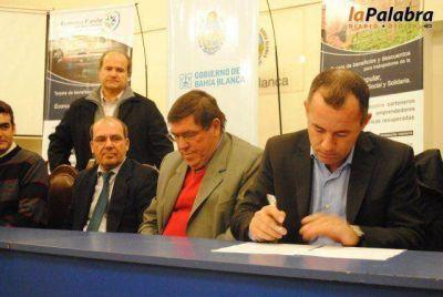 Garcés firmó un convenio para beneficio de la economía popular